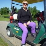Monica i golfbil på Parkinsongolfen